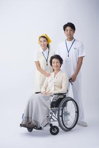 車椅子のシニア女性と医者と介護士の写真素材 [FYI04632088]