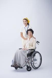 車椅子のシニア女性と介護士の写真素材 [FYI04632090]
