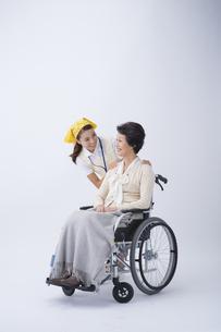 車椅子のシニア女性と介護士の写真素材 [FYI04632091]