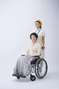 車椅子のシニア女性と介護士の写真素材 [FYI04632093]