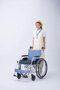 車椅子と介護士の写真素材 [FYI04632104]