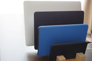タブレットとスマートホンとノートPCをスタンドに立てかけるの写真素材 [FYI04632215]