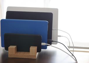タブレットとスマートホンとノートPCをスタンドに立てかけるの写真素材 [FYI04632218]