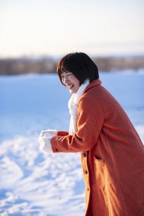 雪合戦をする若い女性の写真素材 [FYI04632267]