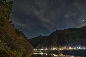 奥多摩 留浦浮橋の夜景の写真素材 [FYI04632368]