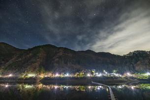 奥多摩 留浦浮橋の夜景の写真素材 [FYI04632369]