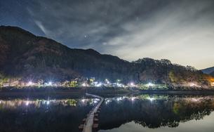 奥多摩 留浦浮橋の夜景の写真素材 [FYI04632370]