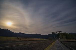 熊野本宮 大鳥居 月夜の写真素材 [FYI04632416]