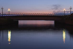 夜明けの橋の写真素材 [FYI04632422]