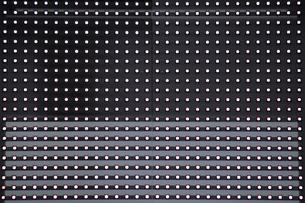 沢山の光の粒が並ぶLED照明のサインボードのクローズアップ写真の写真素材 [FYI04632492]