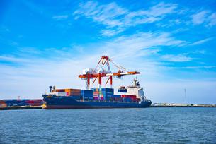 酒田北港のコンテナ船の写真素材 [FYI04632566]