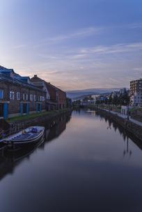 夜明けの小樽運河の写真素材 [FYI04632568]
