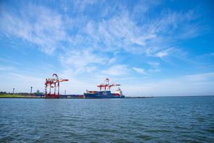 酒田北港のコンテナ船の写真素材 [FYI04632569]