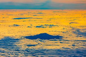 雲海から頭を出す鳥海山の写真素材 [FYI04632887]