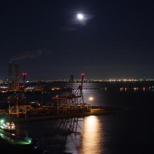 月と四日市港コンテナターミナルの写真素材 [FYI04633087]