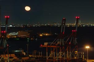 月と四日市港コンテナターミナルの写真素材 [FYI04633094]