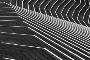 複雑なデザインの階段状のウッドデッキの写真素材 [FYI04633193]