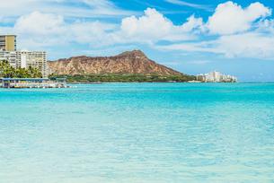 【ハワイ オアフ島】ワイキキビーチからみるダイヤモンドヘッドの写真素材 [FYI04633285]