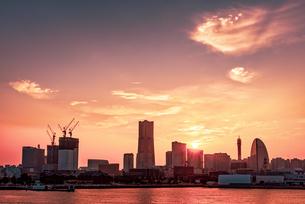 【神奈川県 横浜市】みなとみらいの夕暮れと都市風景の写真素材 [FYI04633295]