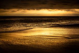 【神奈川県 鎌倉】夕方の湘南の海の砂浜の写真素材 [FYI04633296]