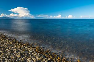 【香川県】水平線上に入道雲が浮かんでいる瀬戸内海の写真素材 [FYI04633300]