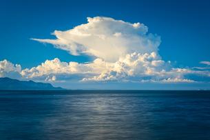 【夏】水平線に入道雲が浮かんでいる海の写真素材 [FYI04633301]
