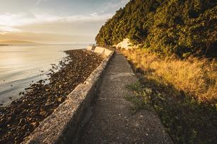 【香川県 東かがわ市】鹿浦越からみる夕方の瀬戸内海の自然風景の写真素材 [FYI04633303]