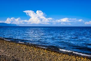 【香川県】水平線上に入道雲が浮かんでいる瀬戸内海の写真素材 [FYI04633304]