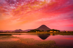 【香川県 丸亀市】宮池から見る夕方の飯野山 讃岐富士の写真素材 [FYI04633305]