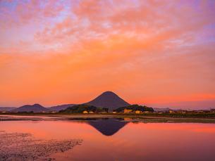 【香川県 丸亀市】宮池から見る夕方の飯野山 讃岐富士の写真素材 [FYI04633307]