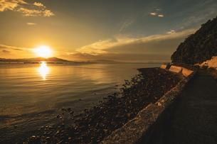 【香川県 東かがわ市】鹿浦越からみる夕方の瀬戸内海の自然風景の写真素材 [FYI04633308]
