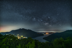 箱根芦ノ湖展望公園から見る星空の写真素材 [FYI04633325]