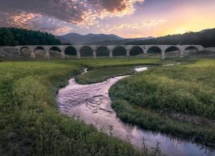 夜明けのタウシュベツ川橋梁の写真素材 [FYI04633405]
