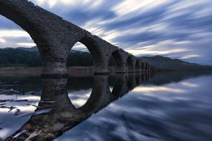 夜明けのタウシュベツ川橋梁の写真素材 [FYI04633408]
