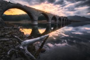 タウシュベツ川橋梁の朝焼けの写真素材 [FYI04633409]