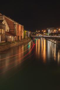 運河に描かれた光の写真素材 [FYI04633660]