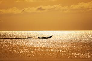 早朝の漁船の写真素材 [FYI04633701]