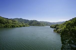新緑の草木湖の写真素材 [FYI04633826]