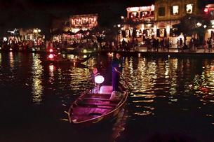 夜のホイアン手漕ぎ船の写真素材 [FYI04633834]