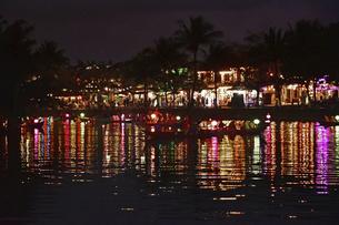水面に映えるイルミネーション ホイアン旧市街の夜景の写真素材 [FYI04633837]