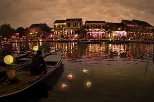 ホイアン旧市街印象的な夕暮れ時の写真素材 [FYI04633838]