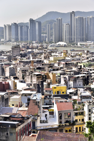 マカオ 旧市街より中国本土側の高層建築を遠望の写真素材 [FYI04633841]