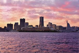 夕焼けに輝くクルーズ船と桟橋の情景の写真素材 [FYI04633850]