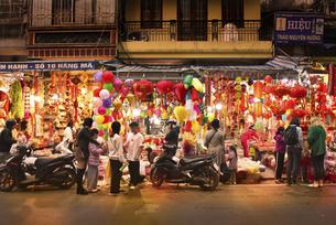 買い物客で賑わう旧市街の専門店街の写真素材 [FYI04633860]