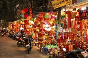 光り輝く正月飾りの専門店街ハンマー通りの写真素材 [FYI04633863]