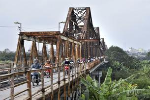 レトロなデザインのロンビエン鉄橋の写真素材 [FYI04633867]
