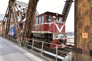 ロンビエン鉄橋を通過する列車の写真素材 [FYI04633868]