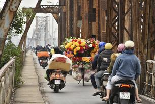 ロンビエン鉄橋の賑いの写真素材 [FYI04633870]