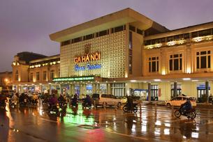 夕暮れ時にライトアップが映えるハノイ駅の写真素材 [FYI04633872]