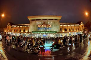 ハノイ駅活気溢れる夕暮れ時の写真素材 [FYI04633873]